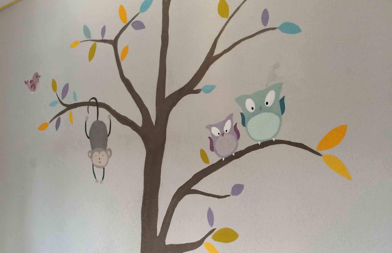 Gemalter Baum mit Tieren