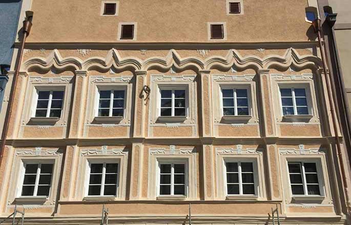 Restaurierte historische Fassade eines Stadthaus